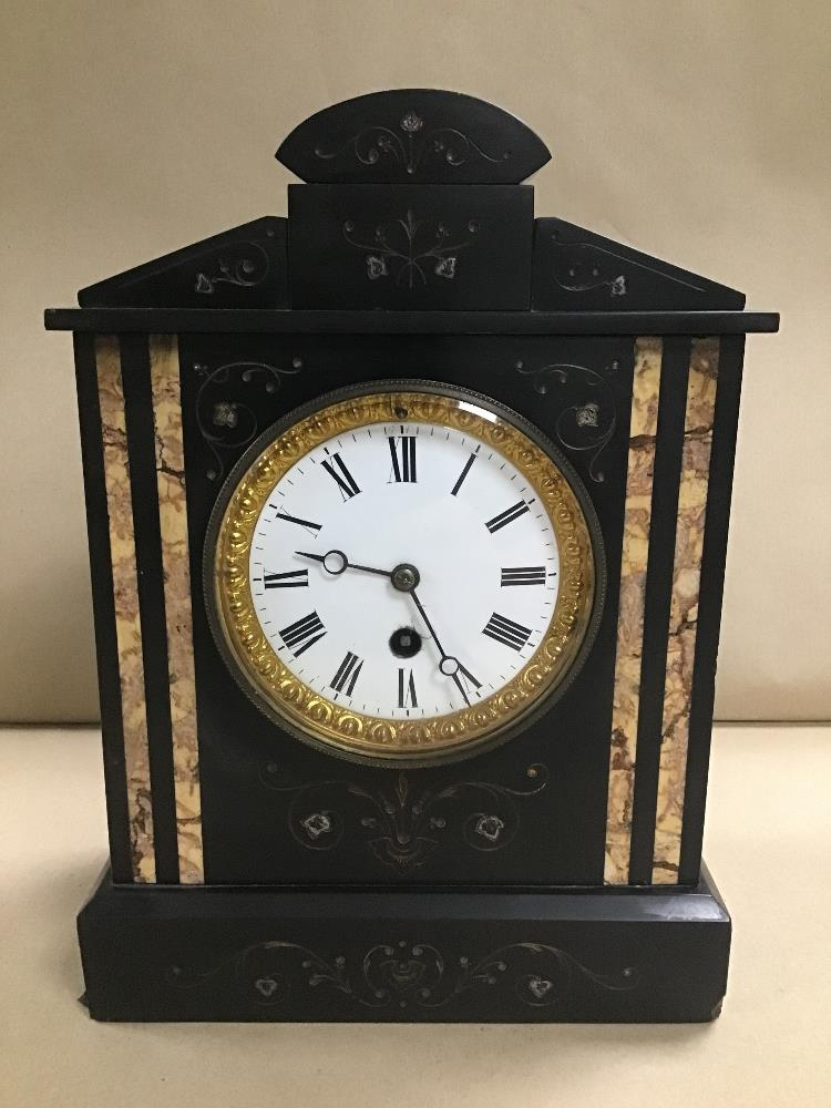 Lot 11 - A LATE 19TH CENTURY SLATE MANTLE CLOCK, THE ENAMEL DIAL WITH ROMAN NUMERALS DENOTING HOURS, IN