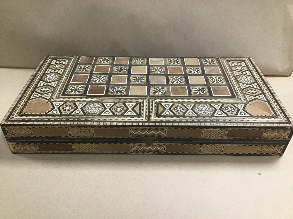 Lot 14 - A LARGE ANGLO INDIAN GAMES BOX WITH INLAID MARQUETRY AND PARQUETRY DECORATION. 49CM WIDE