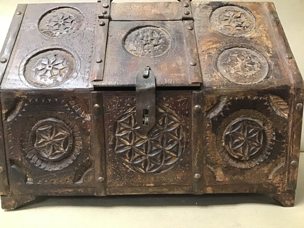 Lot 10 - AN UNUSUAL TRIBAL ART STYLE BOX, POSSIBLY MOROCCAN, WITH HINGED LID IN ONE SECTION