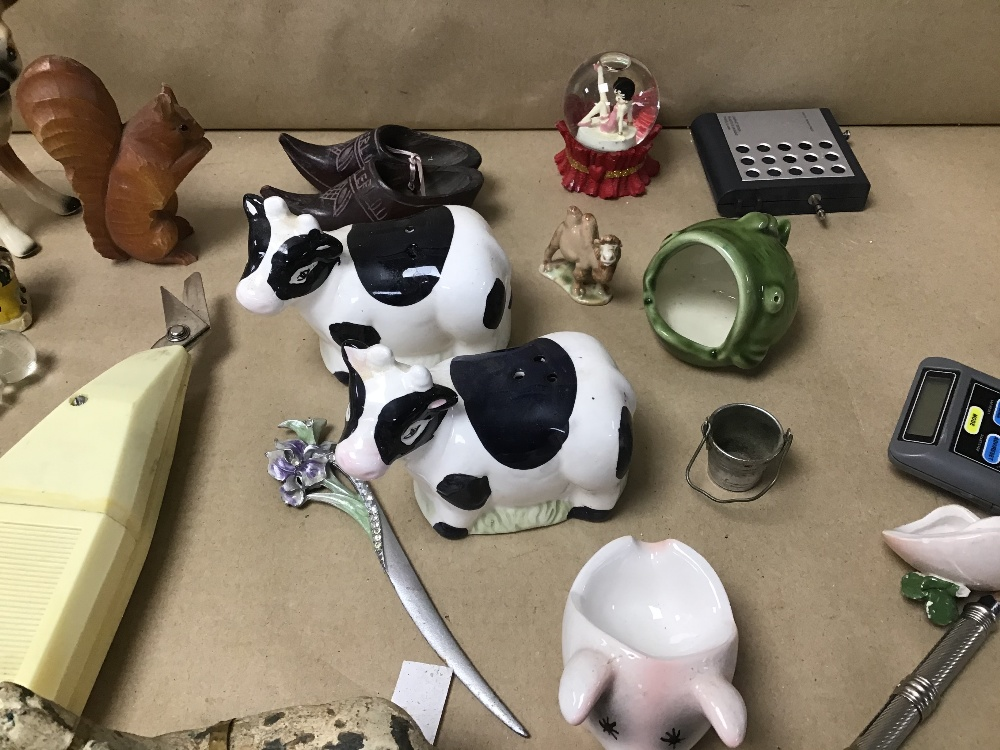 Lot 22 - A MIXED BOX OF COLLECTABLES INCLUDING A PAIR OF CERAMIC COWS, SALT AND PEPPERS, AND A BRONZE HOUSE