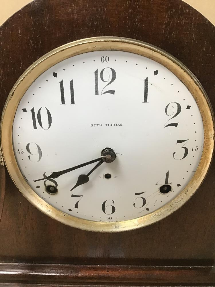 A MAHOGANY CASED MANTLE CLOCK BY SETH THOMAS, THE ENAMEL DIAL WITH ARABIC NUMERALS DENOTING HOURS, - Image 3 of 5
