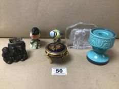 A MIXED LOT INCLUDING TWO BESWICK BIRDS, A HEREND PORCELAIN LIDDED DISH, NOVELTY SPELTER TABLE
