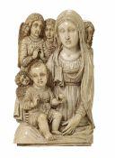 Madonna con Bambino e Angeli. Avorio scolpito. Probabile arte coloniale [...]