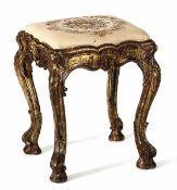 Panchetto Luigi XV in legno intagliato e dorato, XVIII secolo, - gambe arcuate [...]
