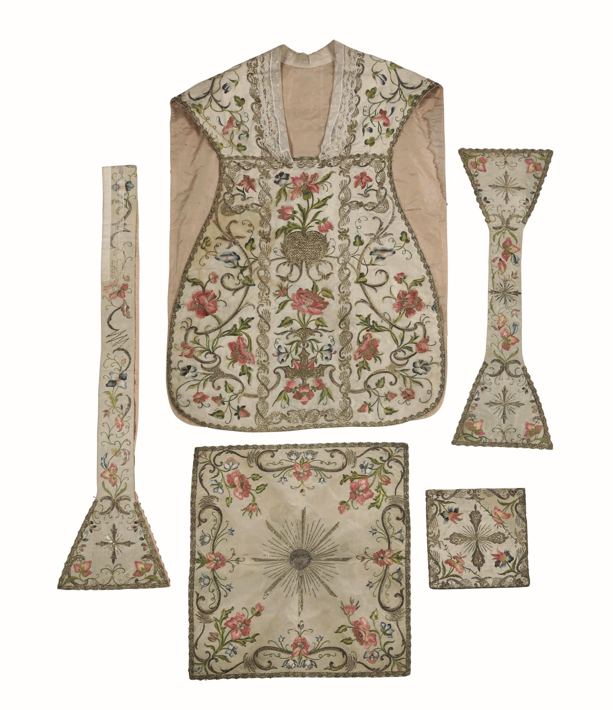 Paramenti in seta XIX secolo, - Pianeta, stola, copricalice in seta con ricami in [...]