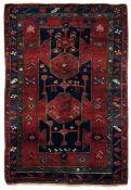 Tappeto Caucaso fine XIX inizio XX secolo, - campo mattone con tre particolari [...]