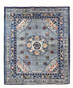 Importante tappeto, Mongolia fine XIX secolo, - campo con fiorellini azzurri su cui [...]