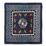 Mat, Tibet fine XIX inizio XX secolo, - campo blu con medaglione centrale floreale, [...]