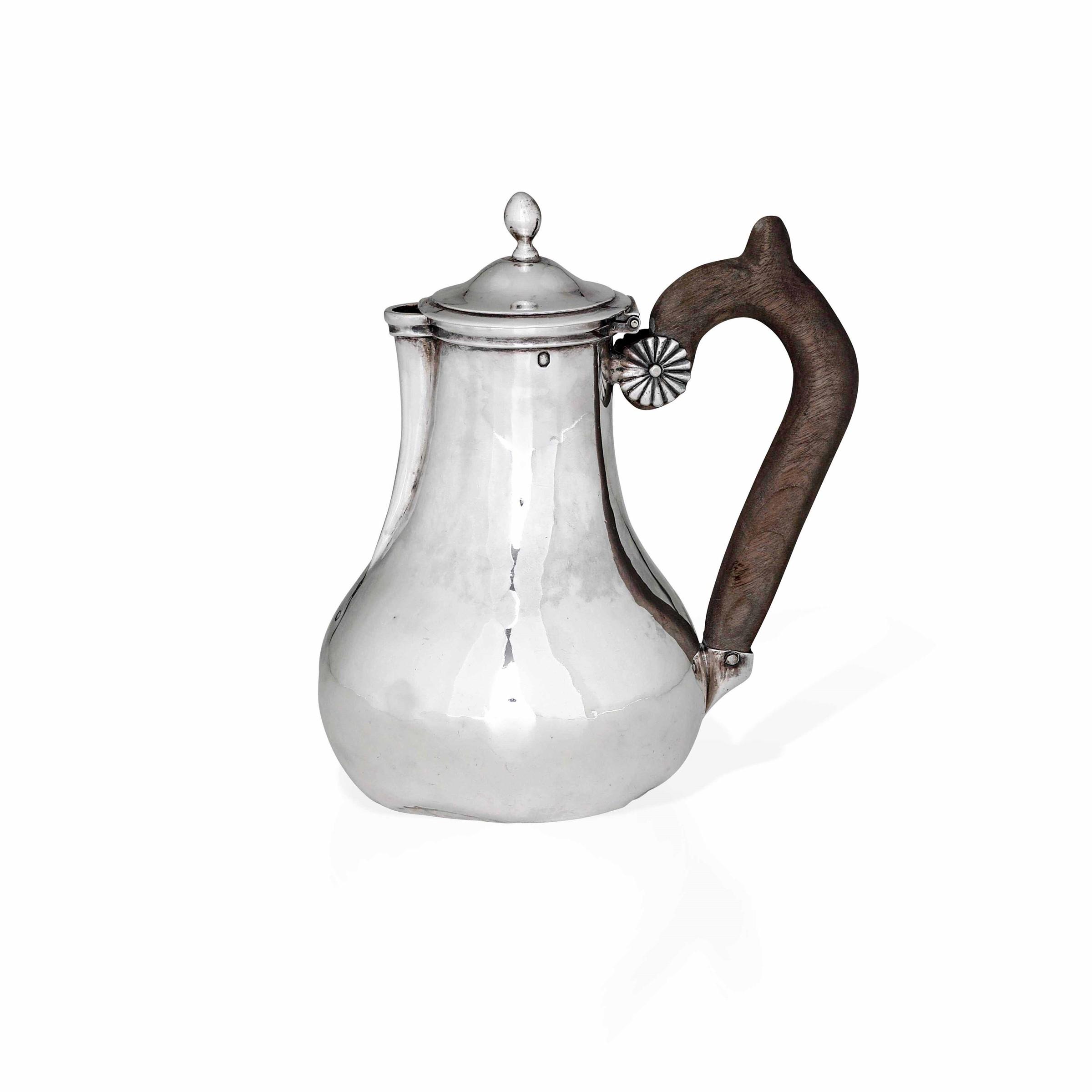 Bricco in argento primo titolo fuso e sbalzato. Parigi 1803-1819, - gr. 180, altezza [...]