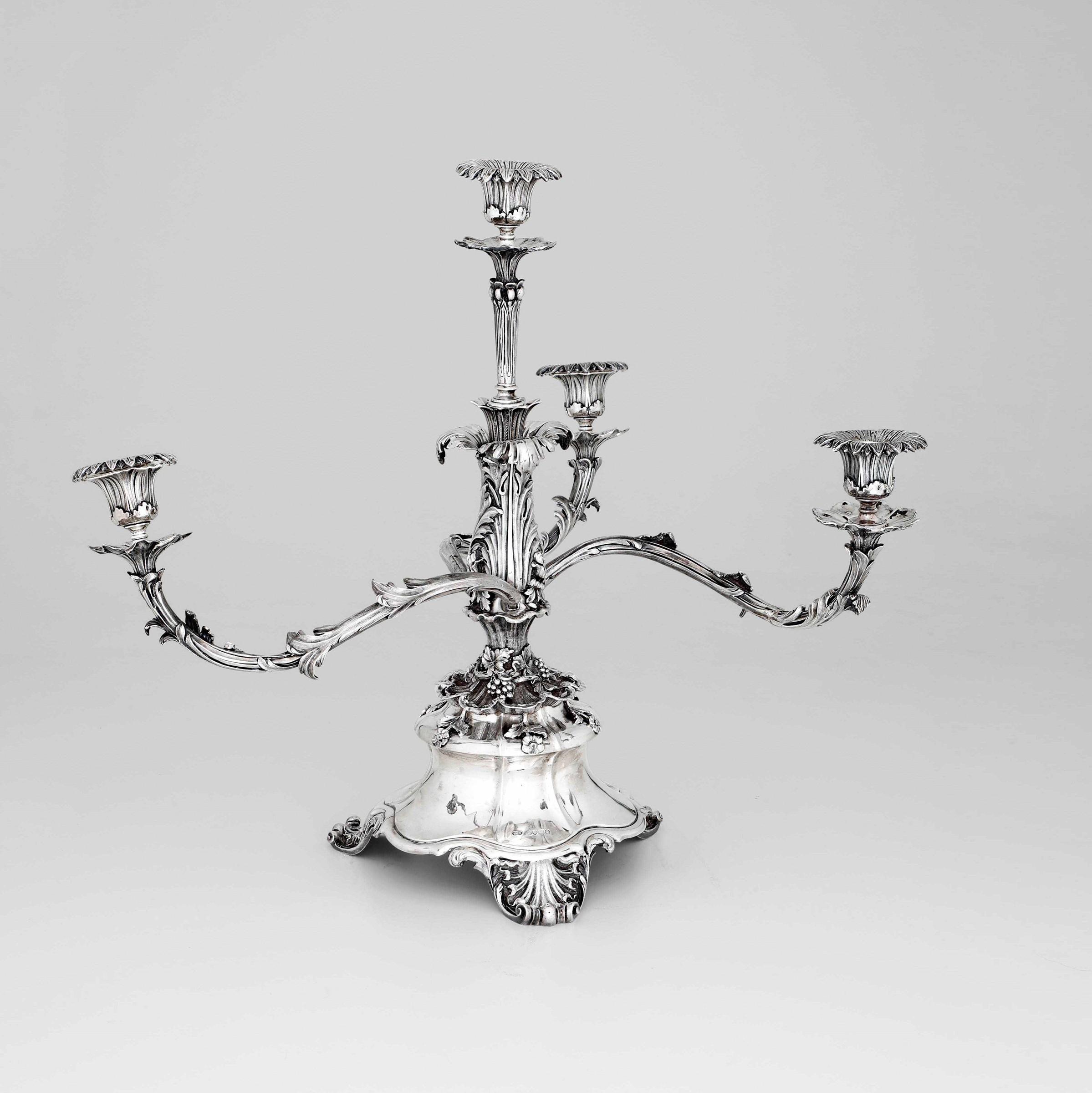 Grande candelabro centrotavola in argento fuso sbalzato e cesellato. Londra, 1883, - [...]