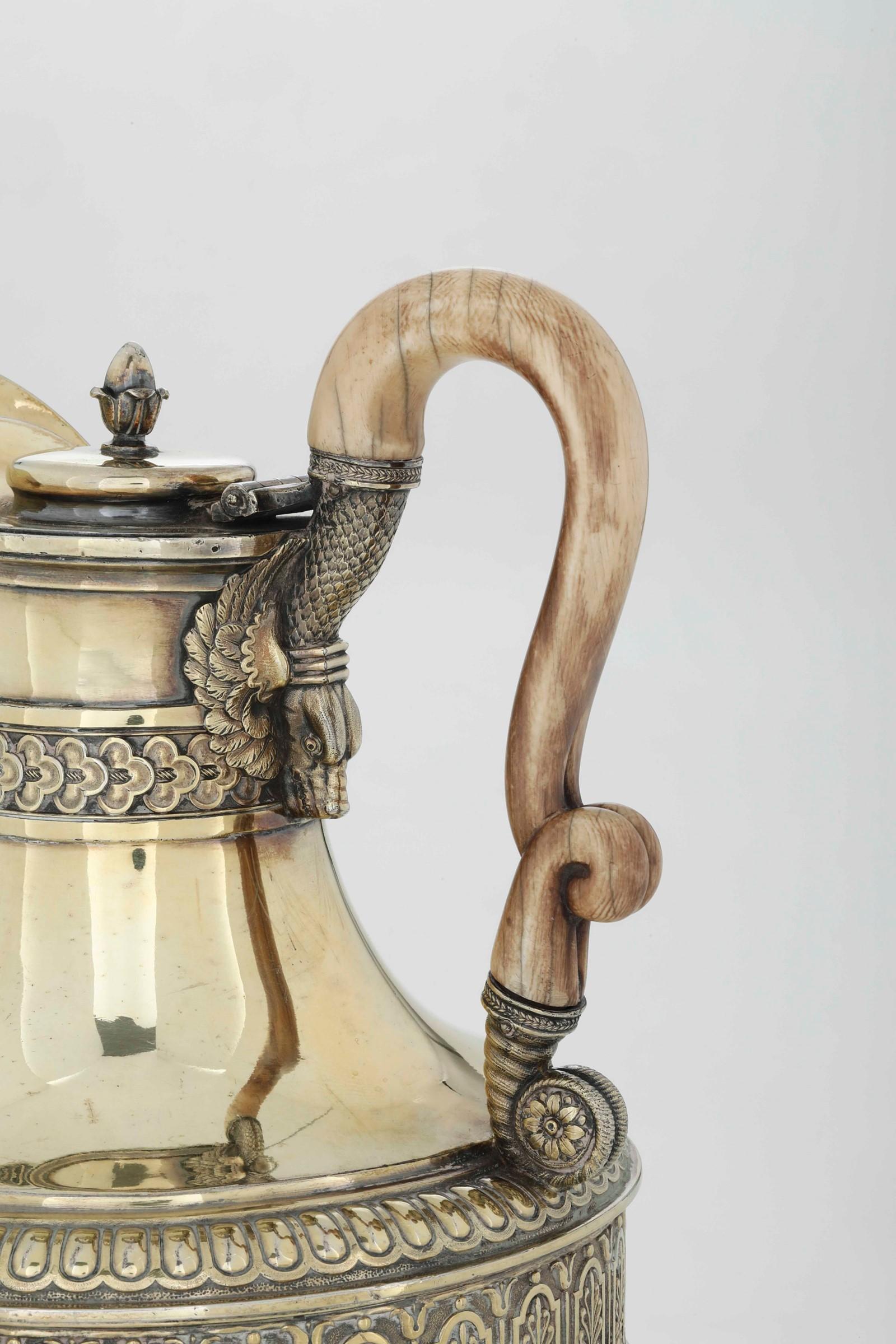 Brocca con fornello in argento, fuso, sbalzato, cesellato e dorato. Marchi della [...] - Image 2 of 5