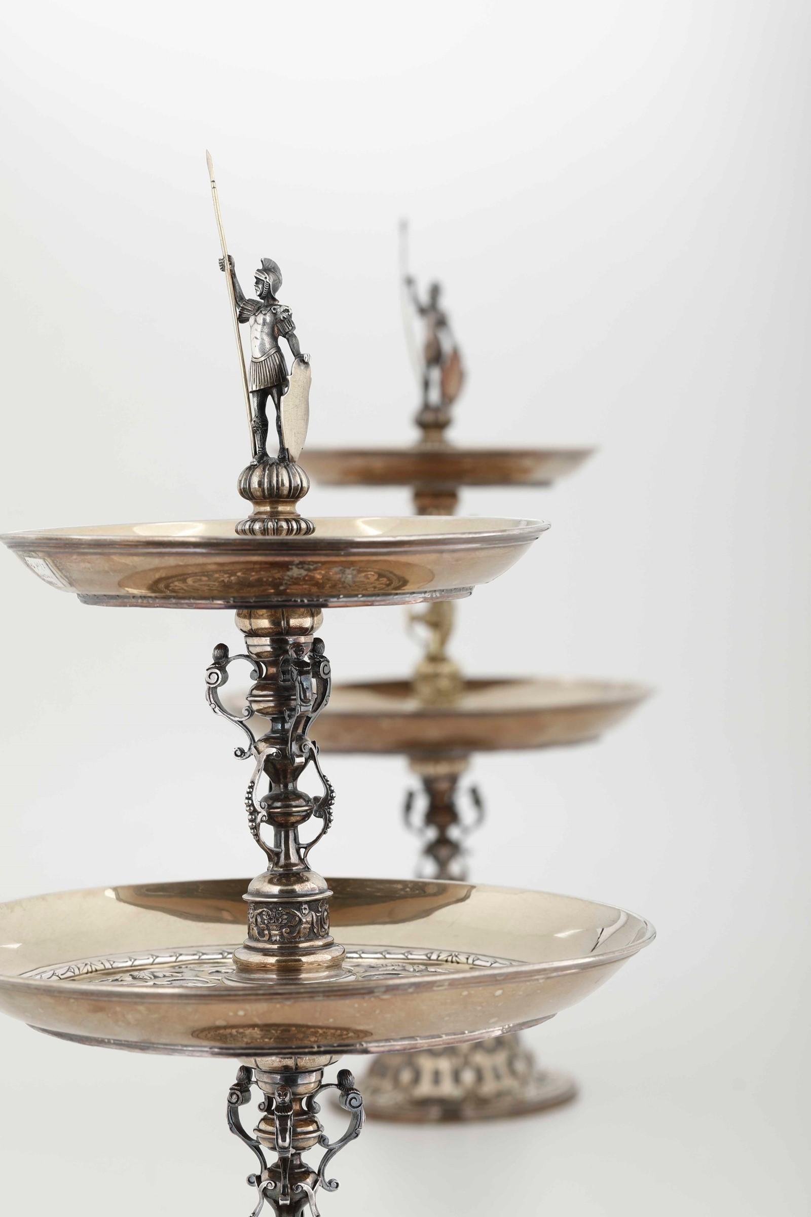 Coppia di importanti alzate in argento fuso, cesellato e dorato. Londra seconda metà [...] - Image 3 of 6