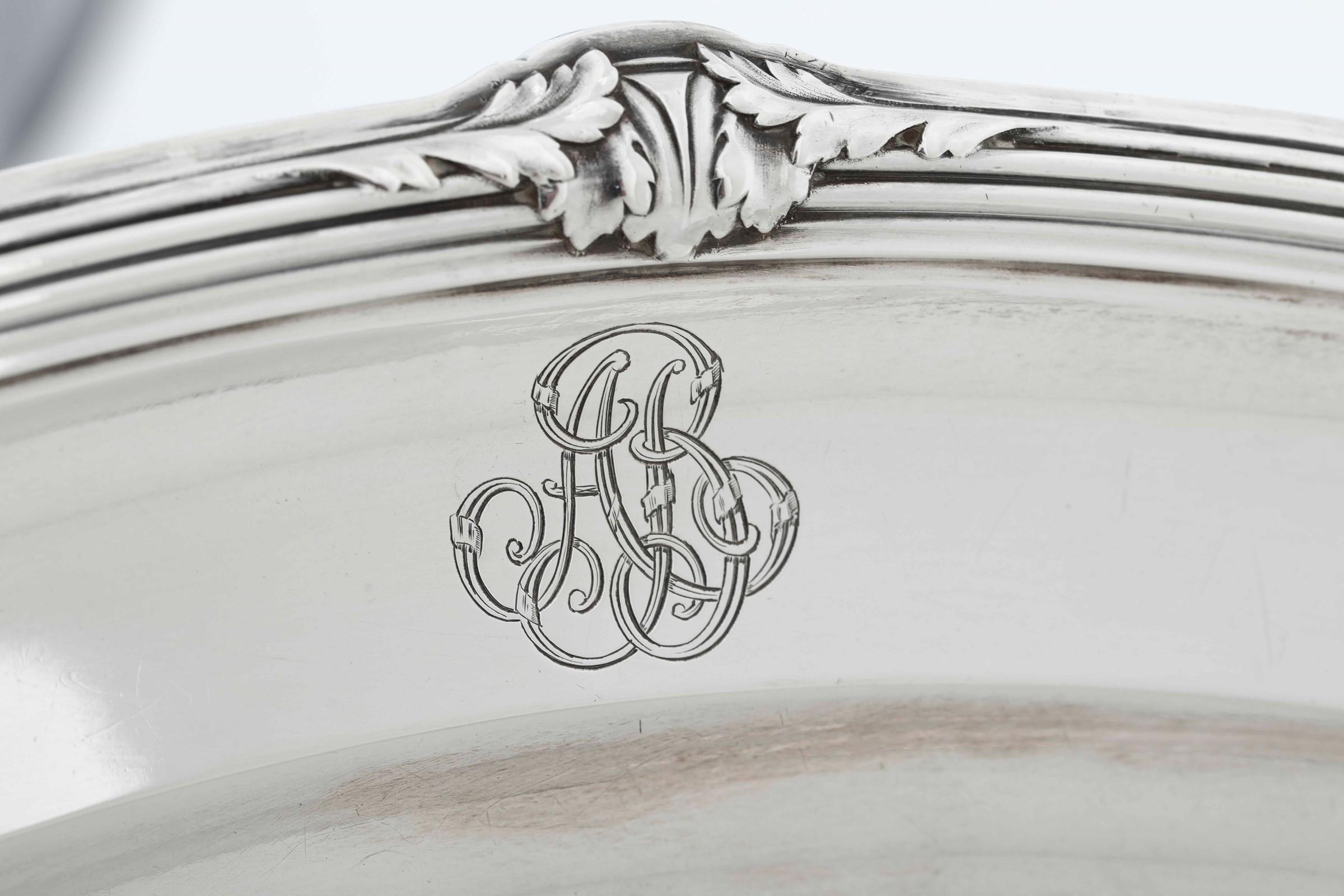 Vassoio in argento primo titolo fuso e cesellato. Francia XIX-XX secolo, - gr. 1340, [...] - Image 2 of 4