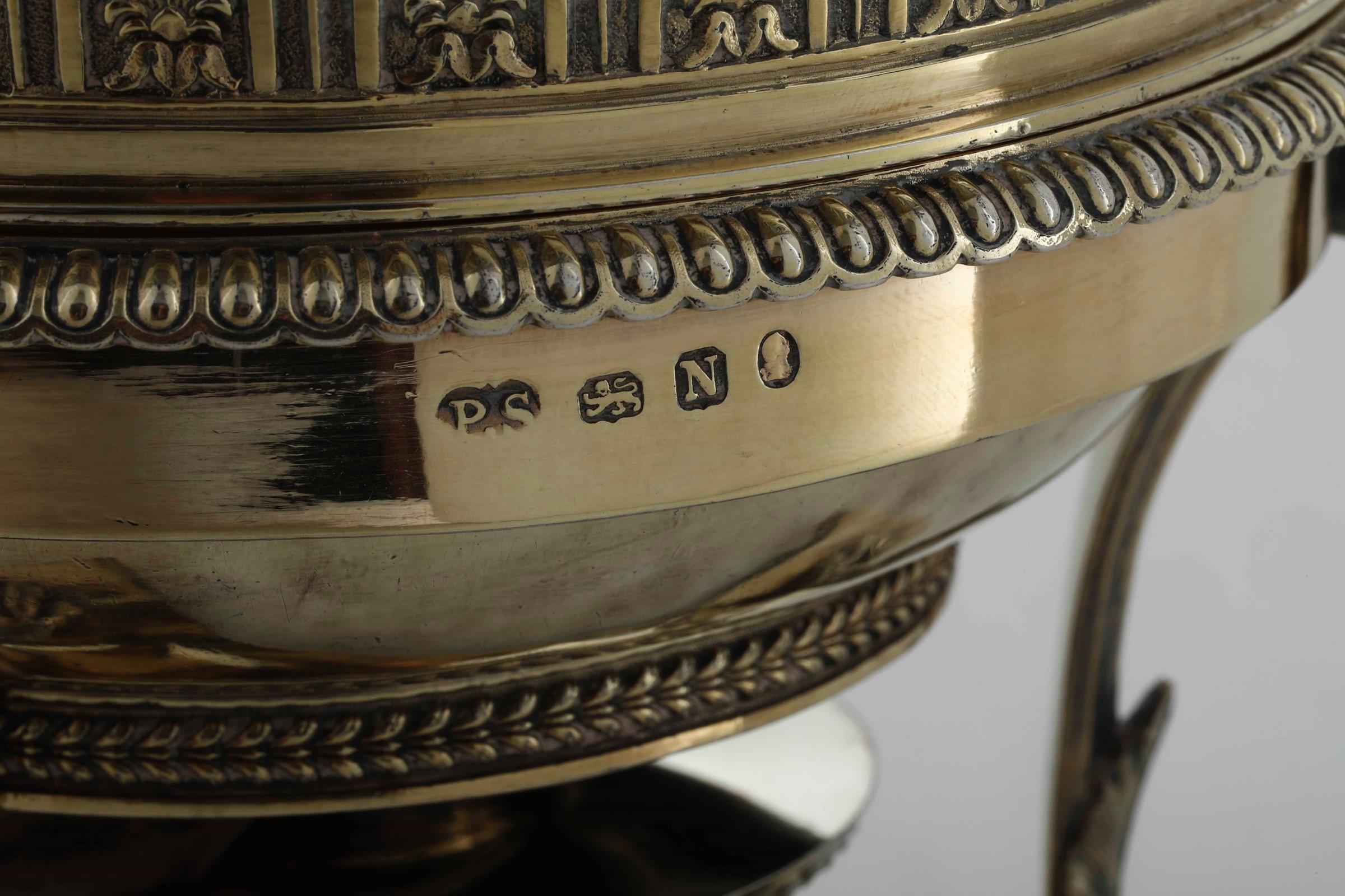 Brocca con fornello in argento, fuso, sbalzato, cesellato e dorato. Marchi della [...] - Image 3 of 5