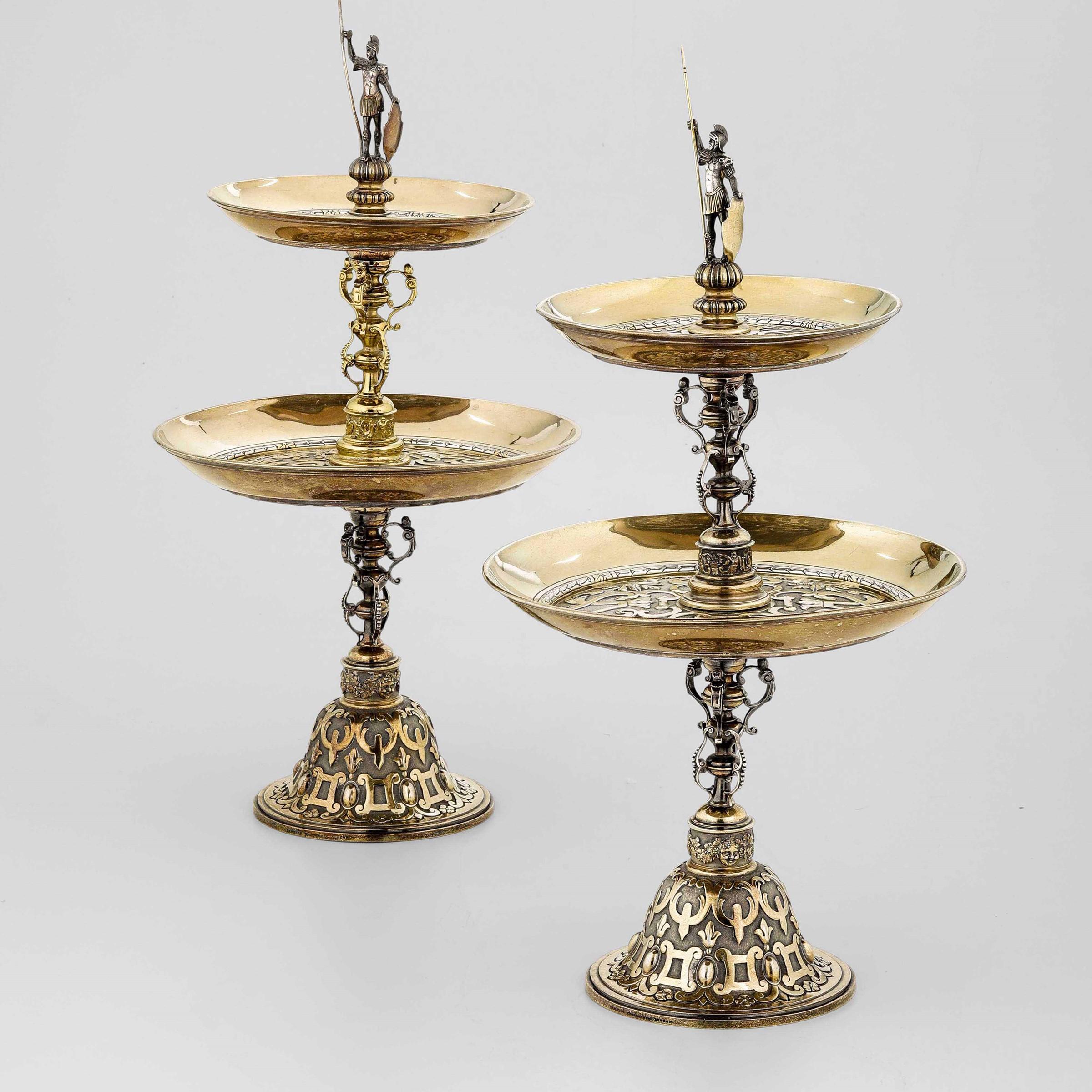 Coppia di importanti alzate in argento fuso, cesellato e dorato. Londra seconda metà [...]