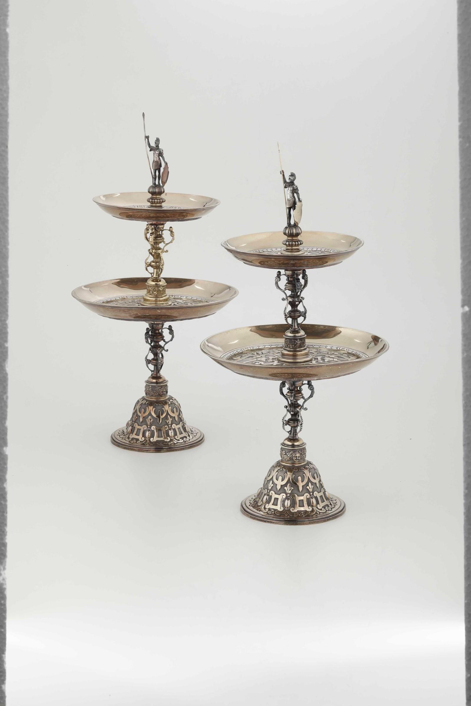 Coppia di importanti alzate in argento fuso, cesellato e dorato. Londra seconda metà [...] - Image 2 of 6
