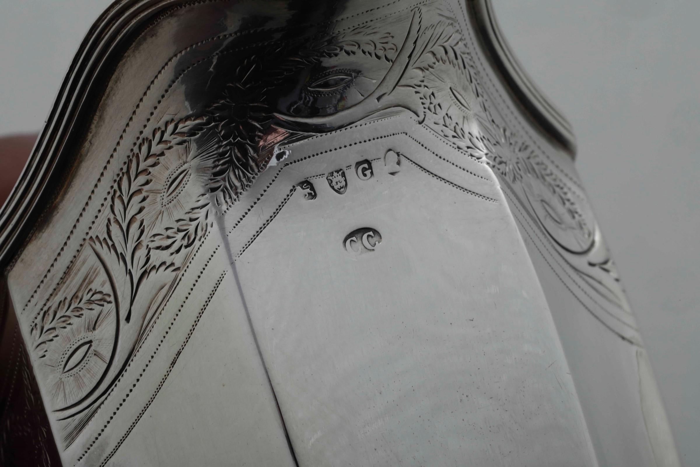 Servizio da tè in argento fuso, sbalzato e cesellato. Londra 1802, Argentiere CC [...] - Image 2 of 3