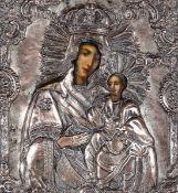 Icona con riza in metallo sbalzato raffigurante la Deipara con Cristo, XIX secolo, - [...]