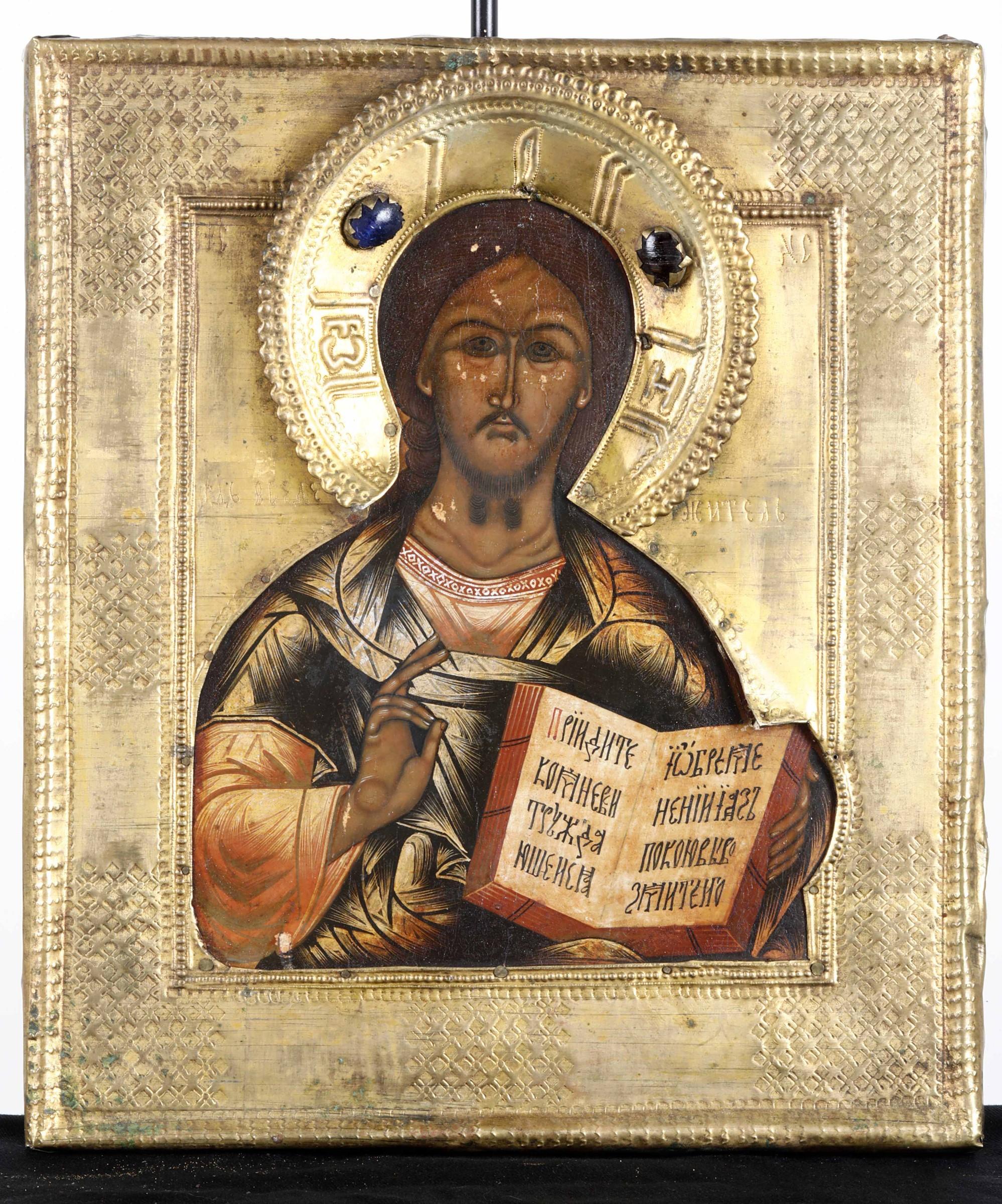 Icona con riza in metallo dorato e pietre cabochon raffigurante Cristo Pantocrator. [...]