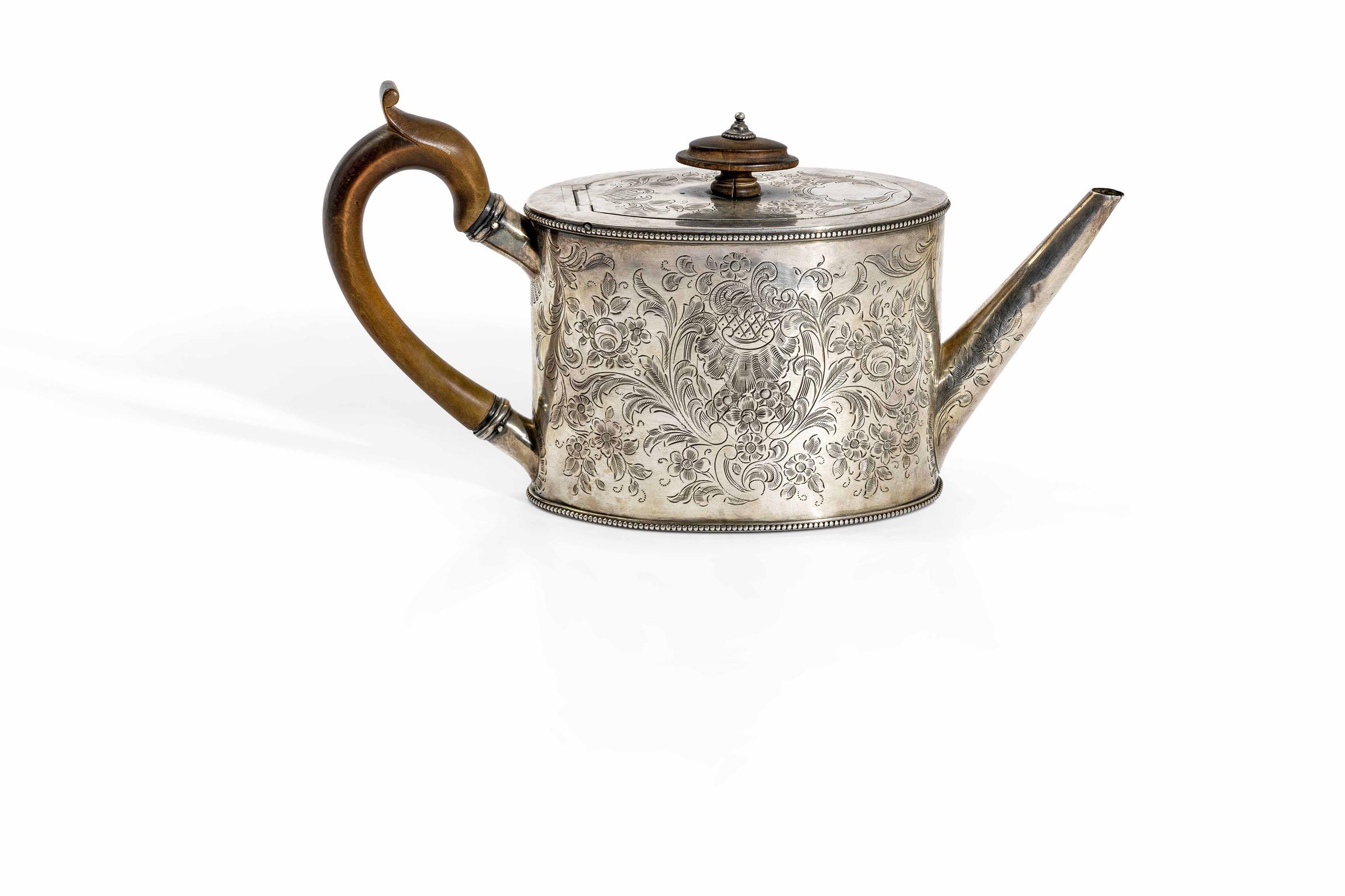 Teiera in argento cesellato con manico in legno. Londra 1783, argentiere Robert [...]