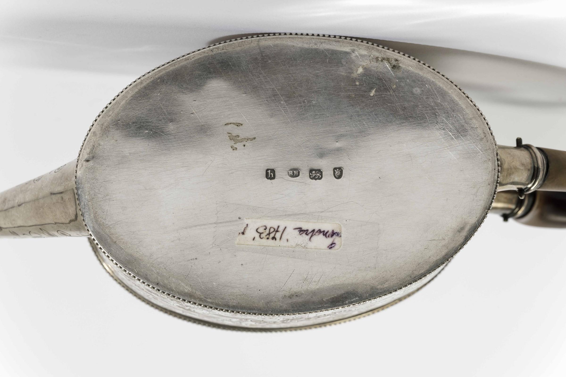 Teiera in argento cesellato con manico in legno. Londra 1783, argentiere Robert [...] - Image 3 of 3