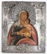 Icona con riza in metallo argentato raffigurante Vergine con Bambino. Russia XIX-XX [...]