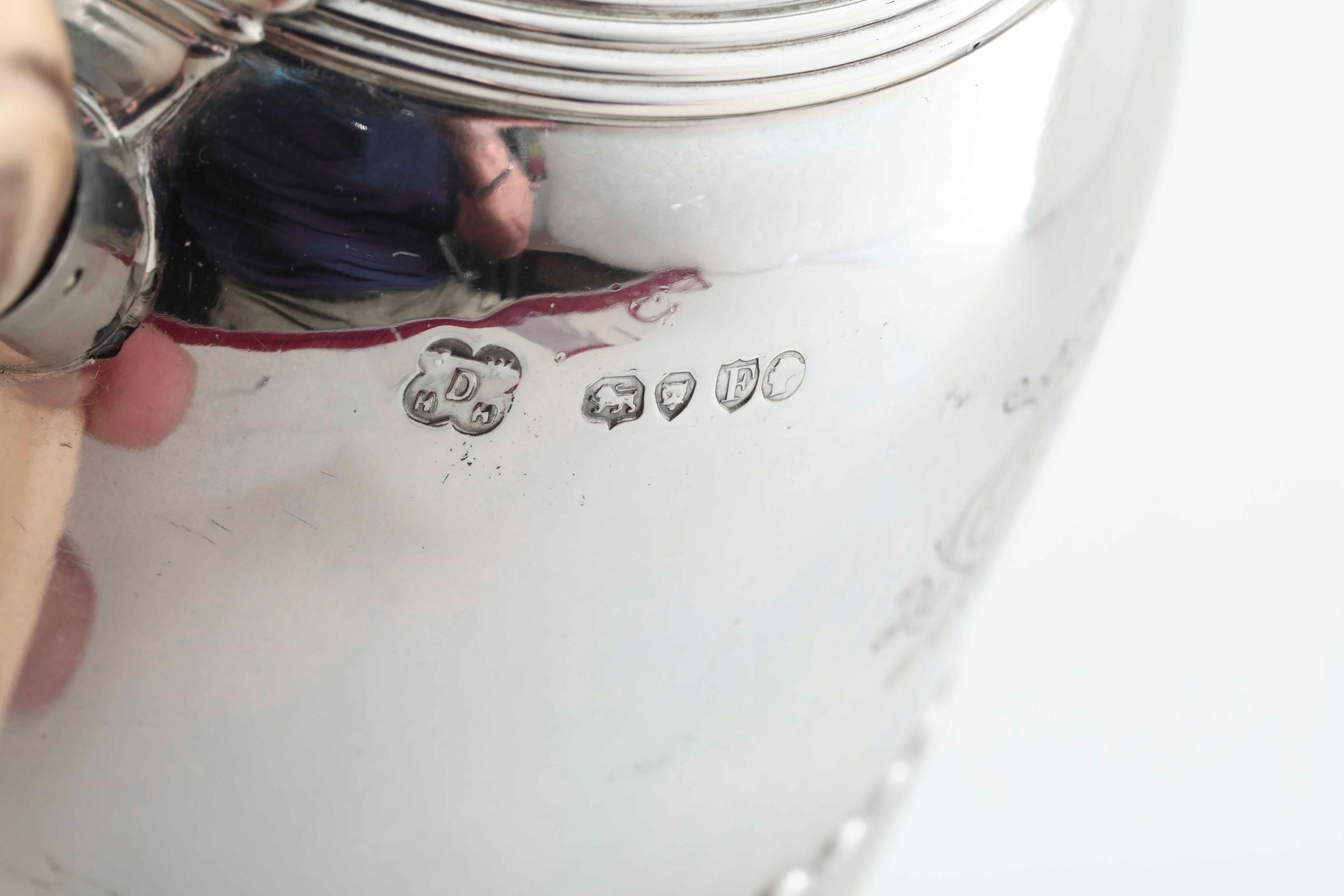 Teiera con fornello in argento fuso, sbalzato e cesellato. Londra 1881. Marchio [...] - Image 2 of 4