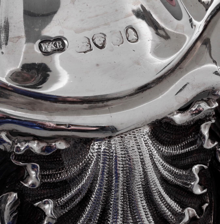 Grande candelabro centrotavola in argento fuso sbalzato e cesellato. Londra, 1883, - [...] - Image 2 of 2