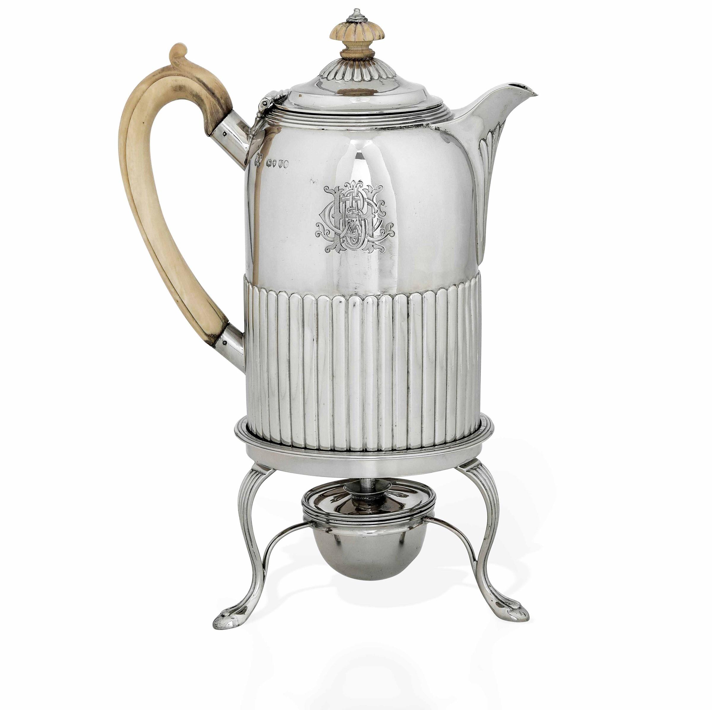 Teiera con fornello in argento fuso, sbalzato e cesellato. Londra 1881. Marchio [...]
