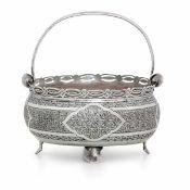 Cesto circolare con manico in argento interamente inciso a mano con motivi [...]