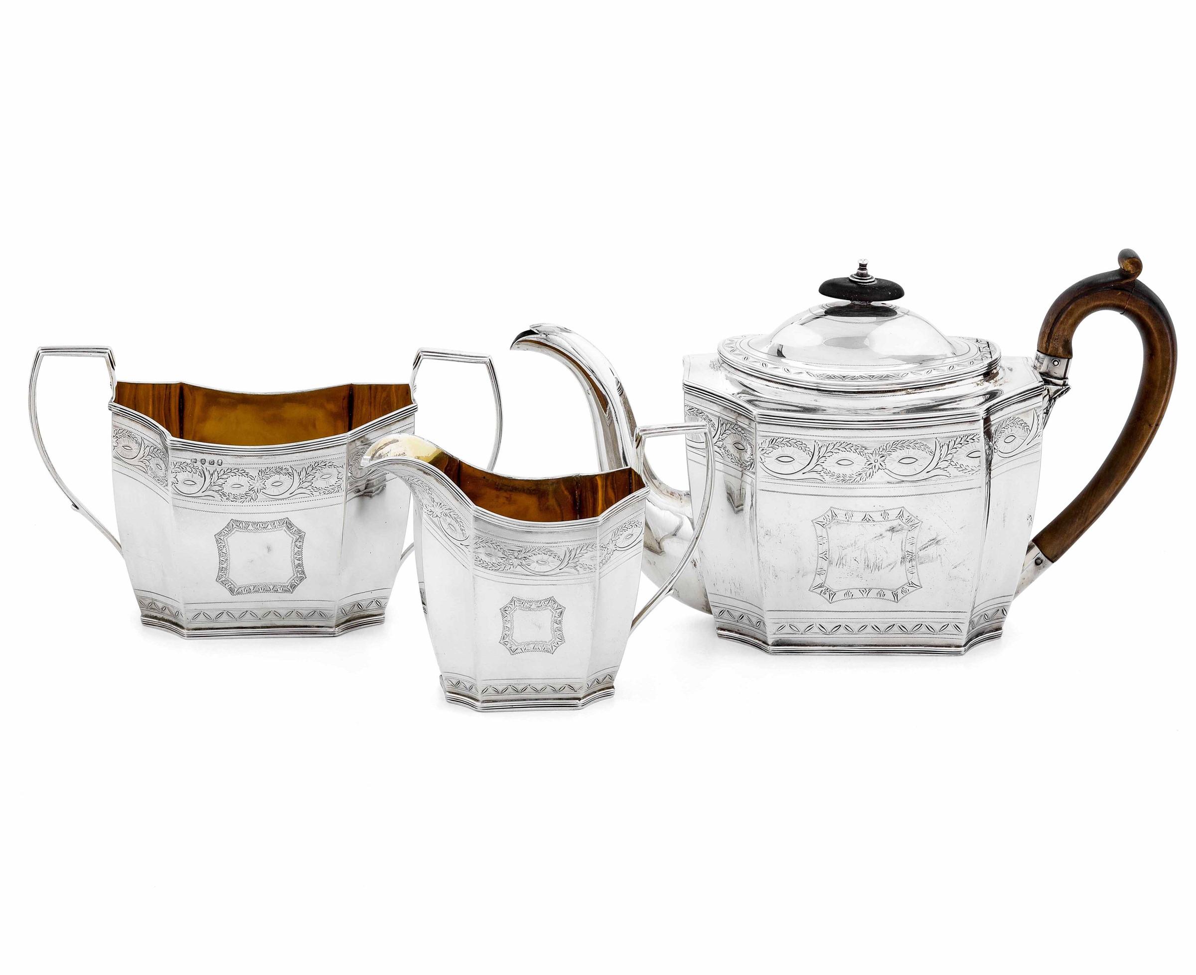 Servizio da tè in argento fuso, sbalzato e cesellato. Londra 1802, Argentiere CC [...]