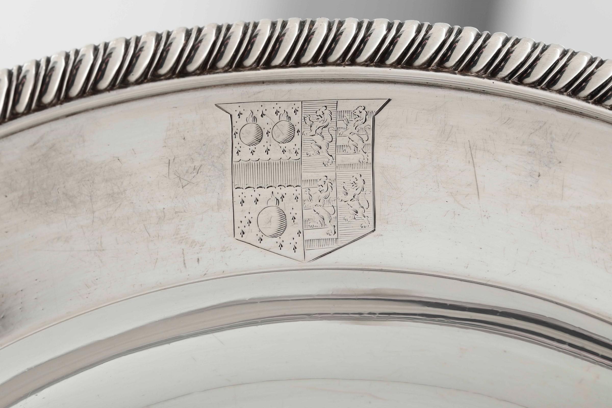Legumiera tonda in argento fuso, sbalzato e cesellato. Inghilterra XVIII-XIX secolo, [...] - Image 3 of 5