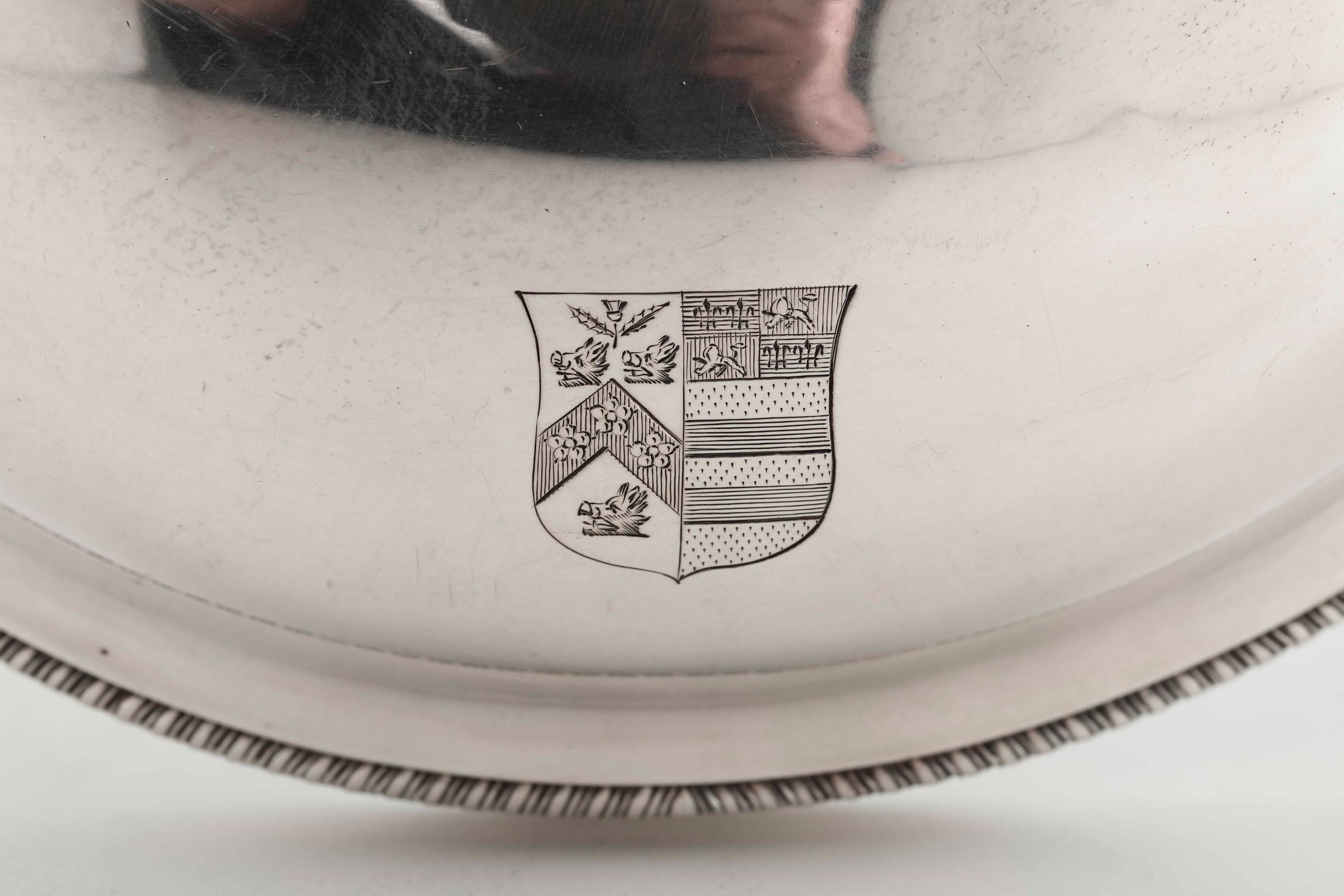 Legumiera tonda in argento fuso, sbalzato e cesellato. Inghilterra XVIII-XIX secolo, [...] - Image 2 of 5