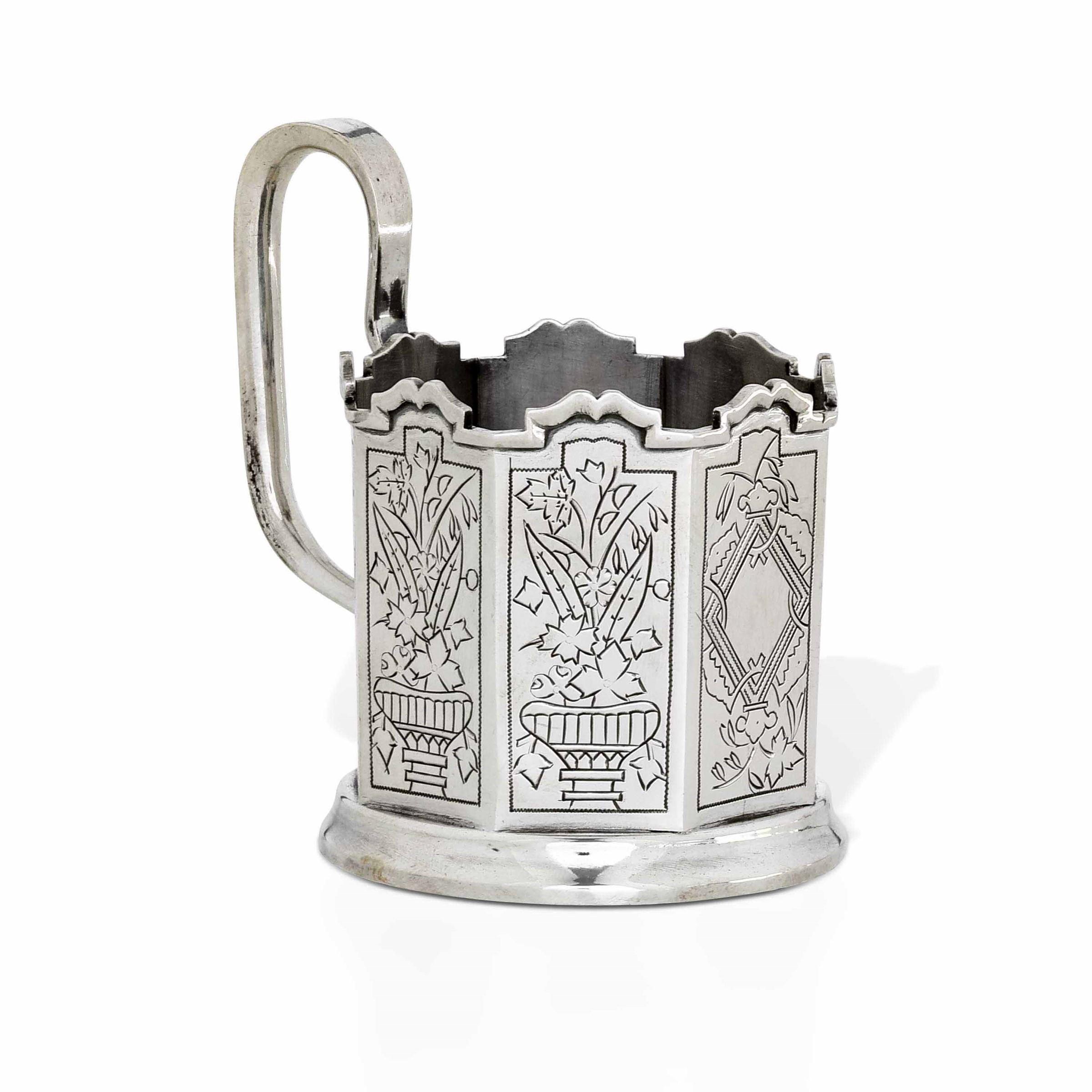 Porta tazza ottagonale in argento inciso a mano con motivi tradizionali. Russia [...]