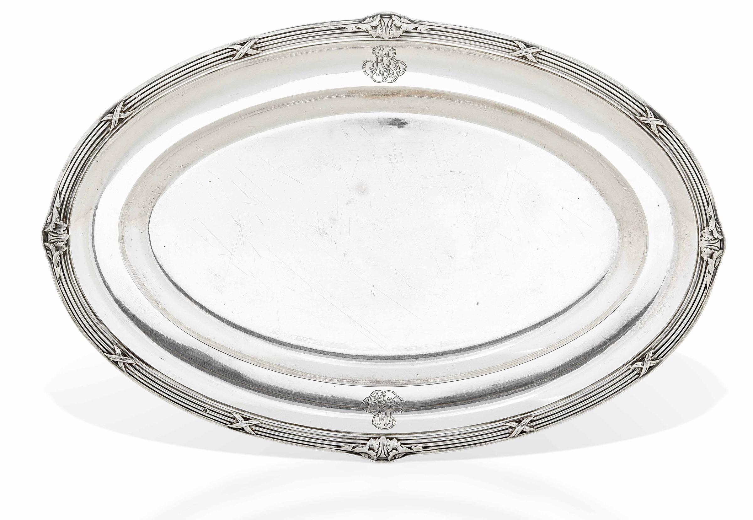 Vassoio in argento primo titolo fuso e cesellato. Francia XIX-XX secolo, - gr. 1340, [...]