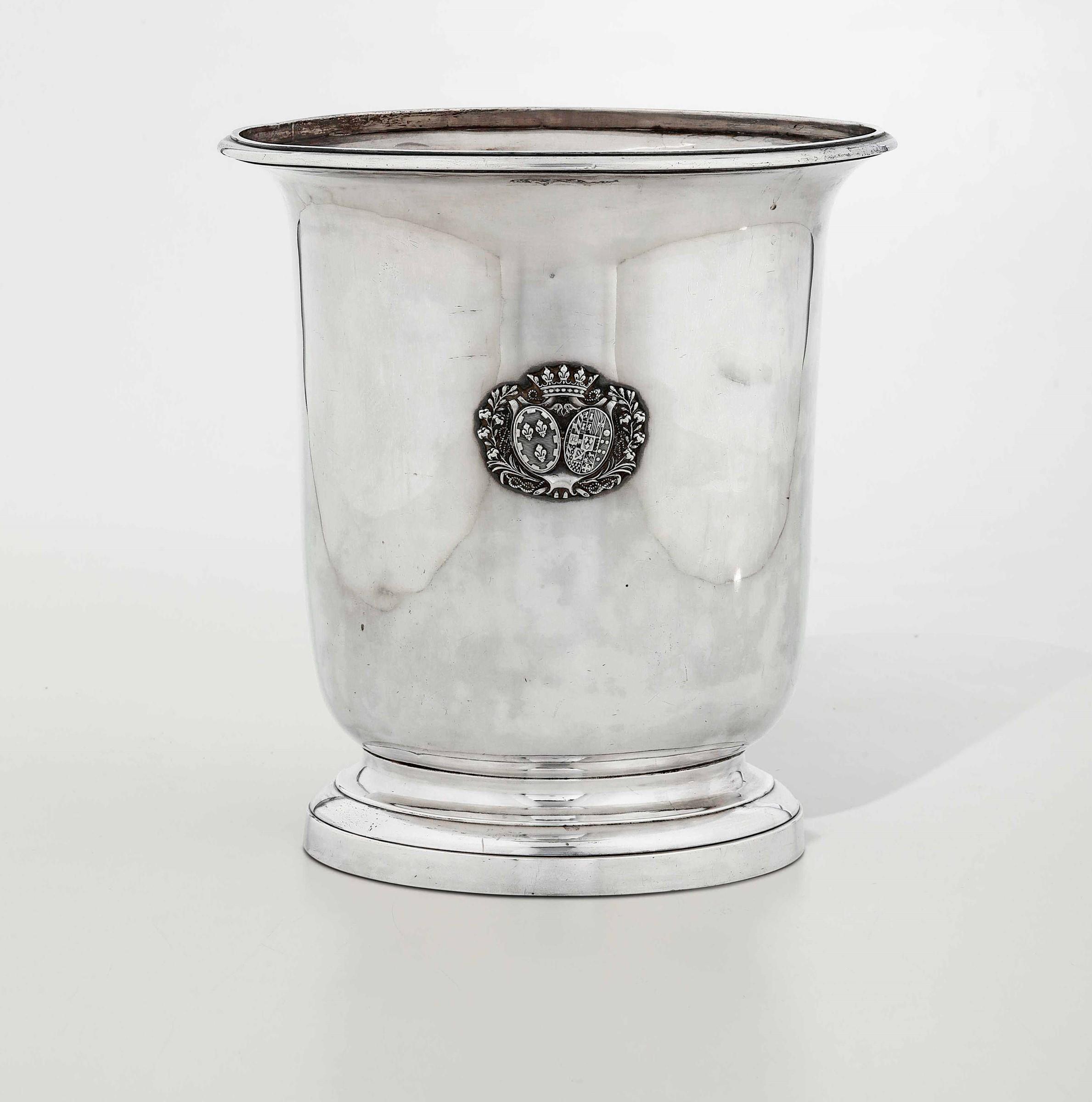 Rinfrescatoio in argento primo titolo fuso, sbalzato e cesellato. Parigi 1819-1838. [...]