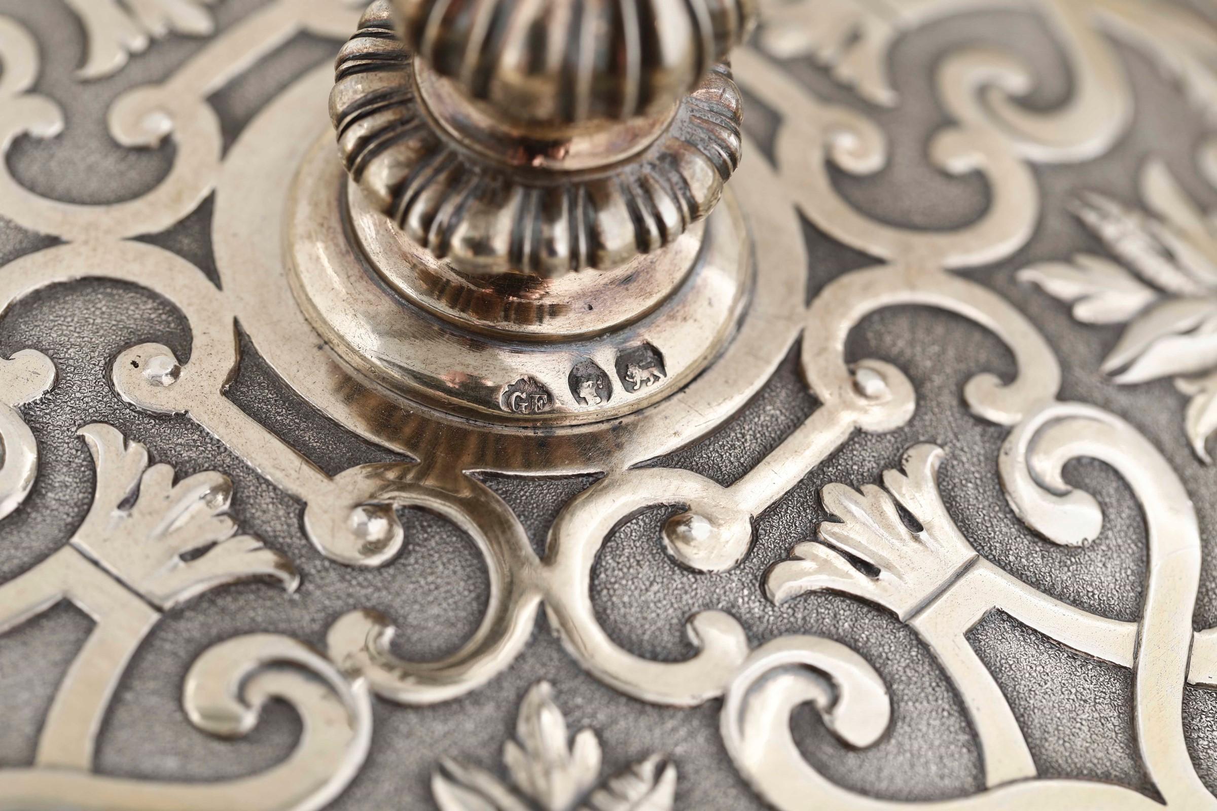 Coppia di importanti alzate in argento fuso, cesellato e dorato. Londra seconda metà [...] - Image 4 of 6
