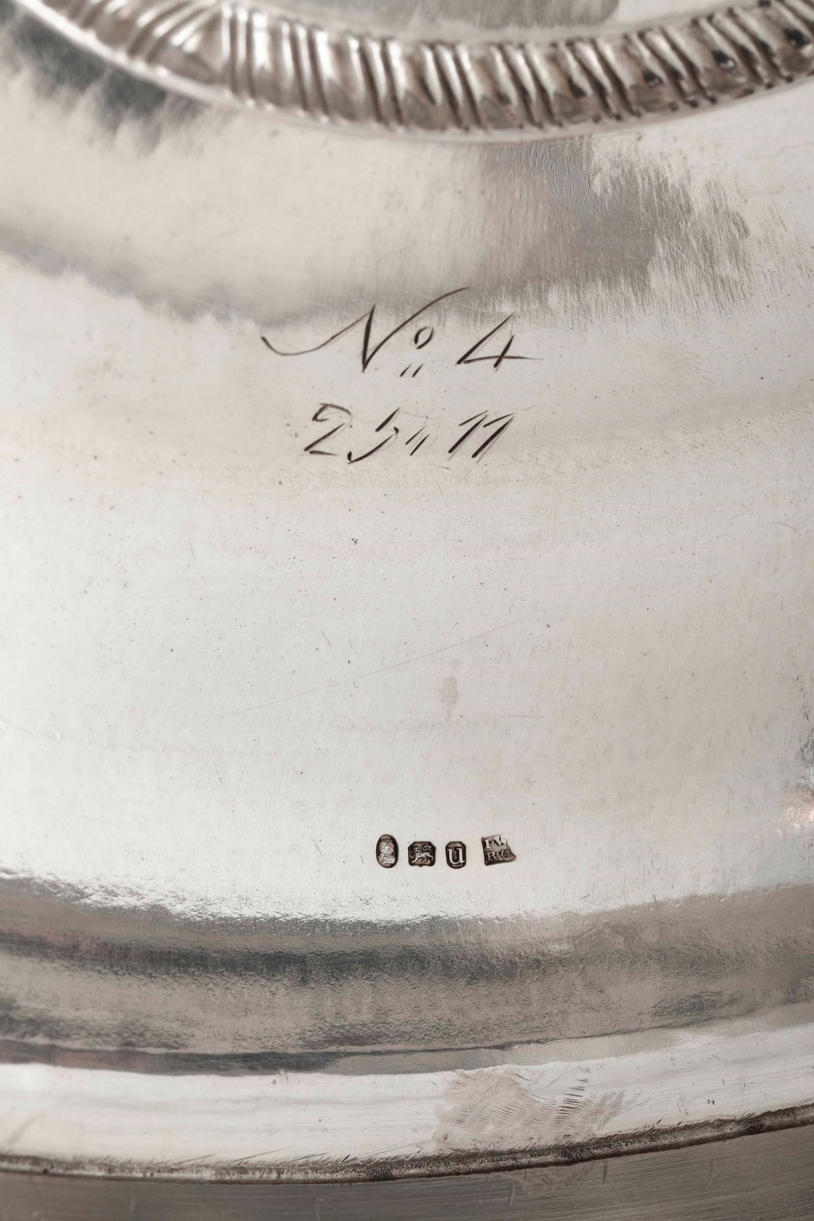 Legumiera tonda in argento fuso, sbalzato e cesellato. Inghilterra XVIII-XIX secolo, [...] - Image 5 of 5