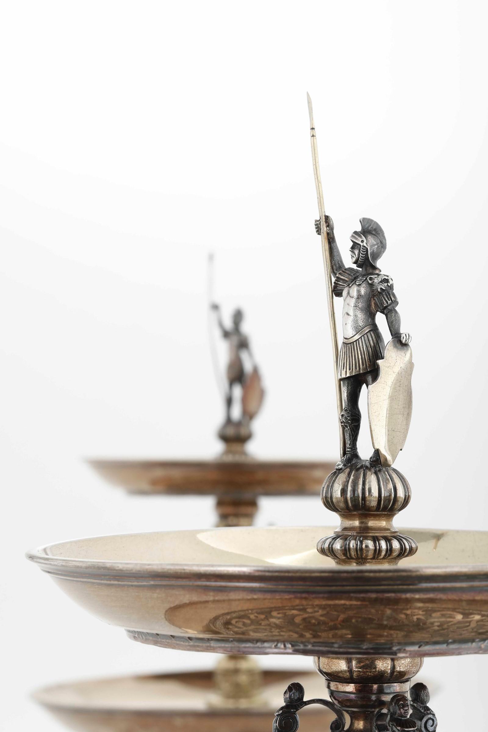 Coppia di importanti alzate in argento fuso, cesellato e dorato. Londra seconda metà [...] - Image 6 of 6