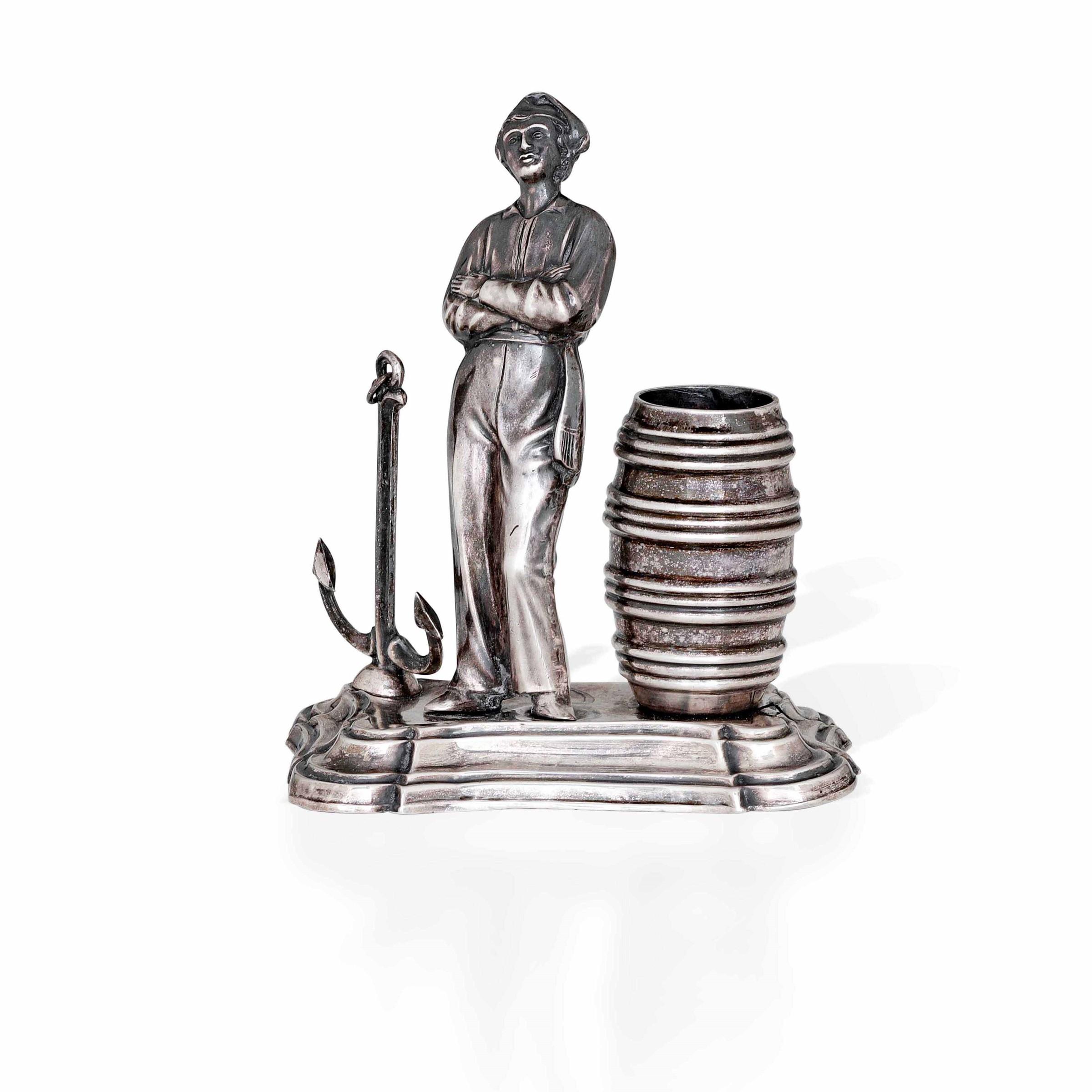 Porta stuzzicadenti in argento sbalzato raffigurante marinaio con ancora e barile. [...]