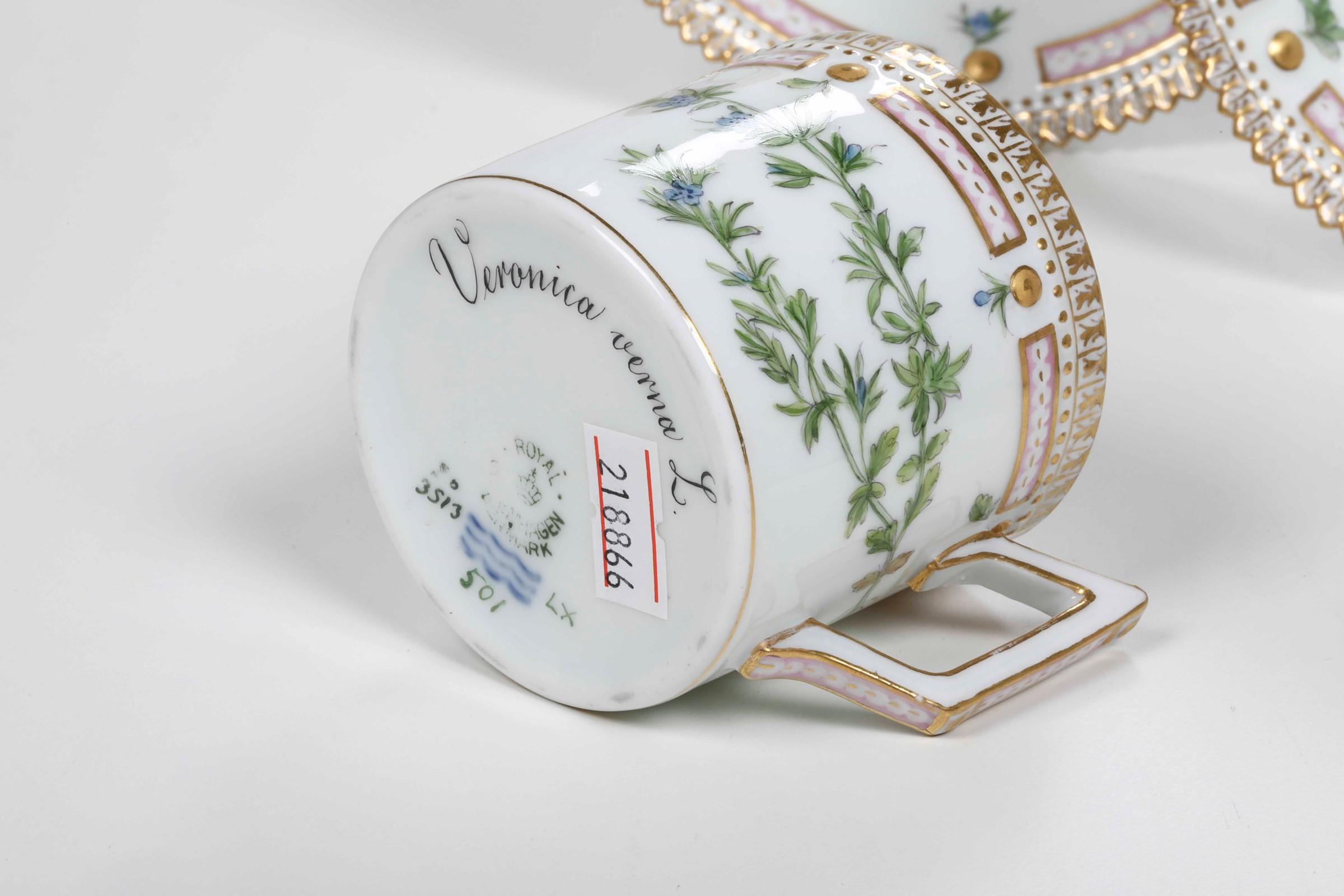 Coppia di tazzine con piattino dal servizio Flora Danica Danimarca, Manifattura Royal [...] - Image 3 of 3