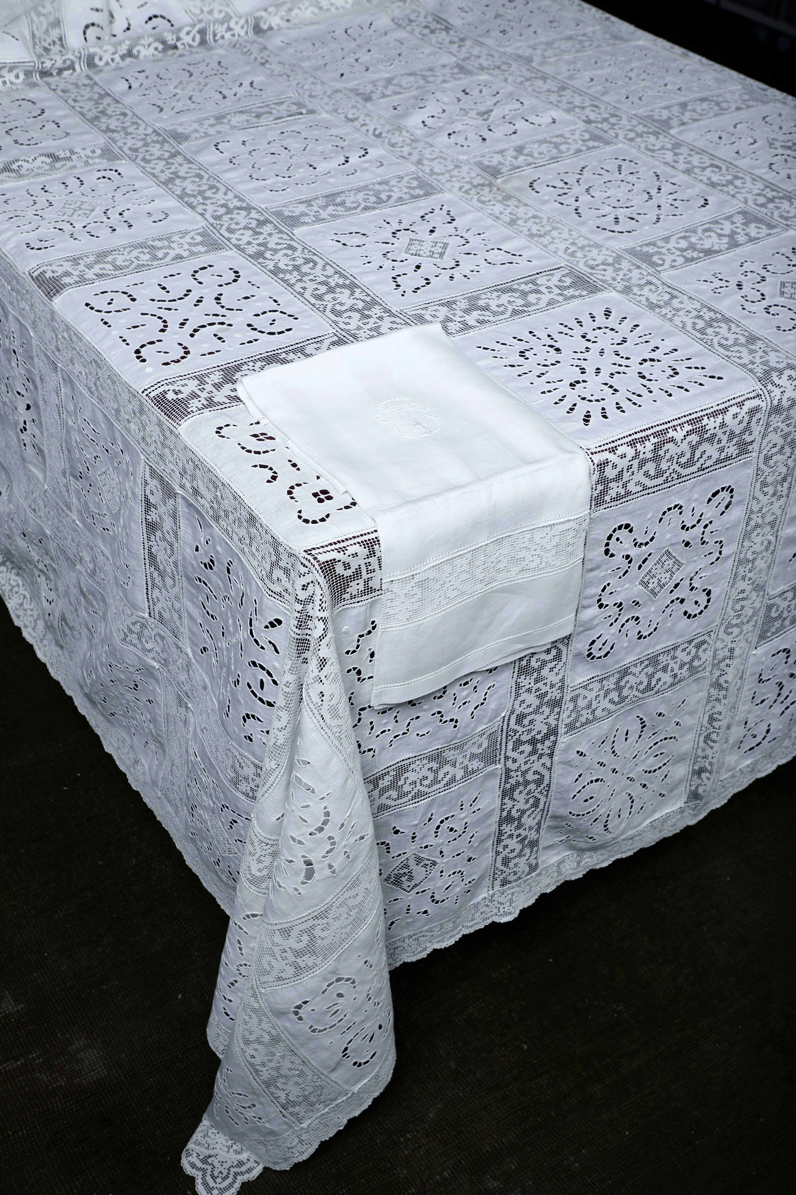 Tovaglia e 6 tovaglioli, - Lino bianco con intagli e pizzo Dimensioni: tovaglia (cm [...]