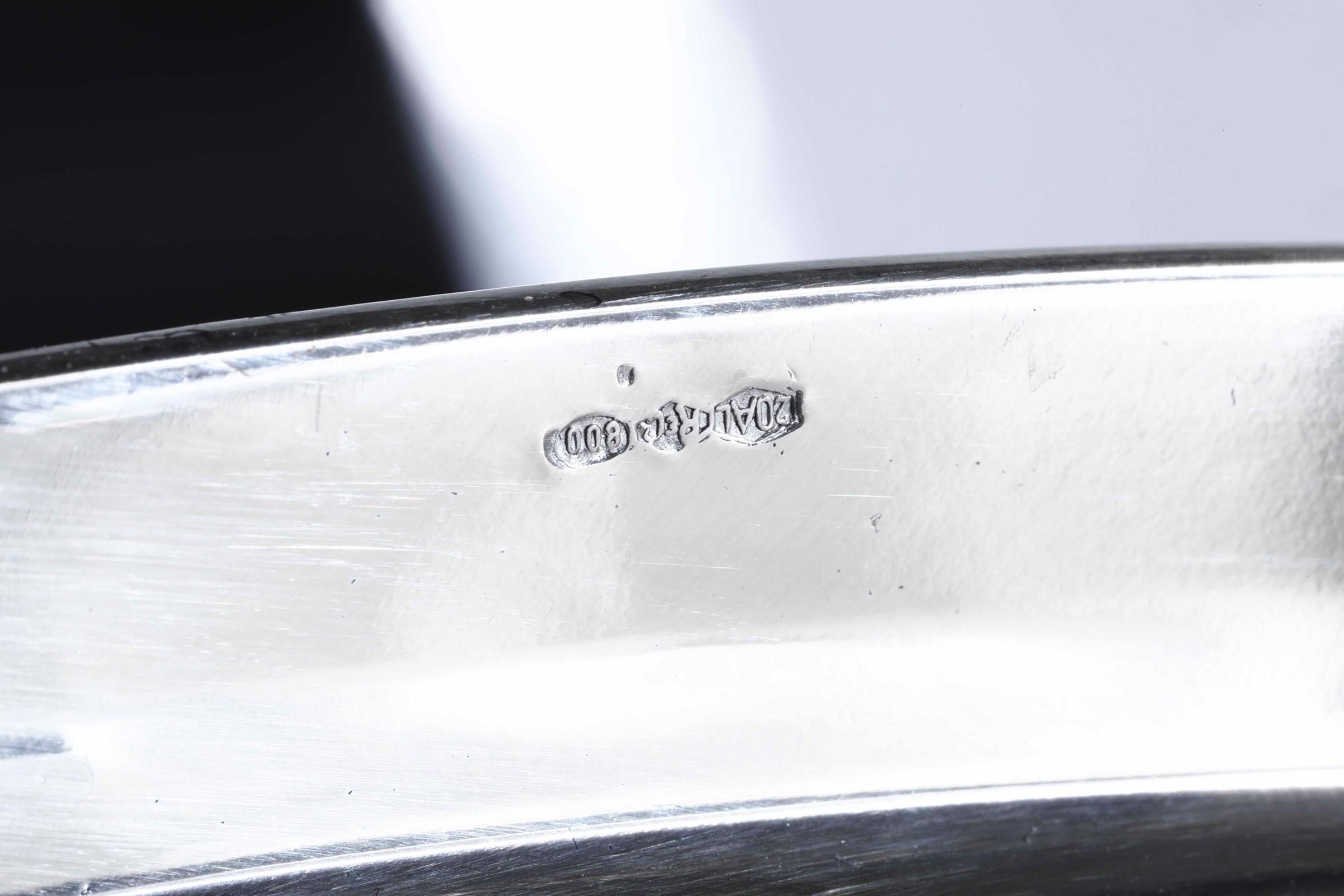 Grande scaldavivande in argento fuso e cesellato. Argenteria italiana del XX secolo. [...] - Image 4 of 4