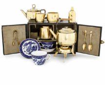 "Servito ""picnic tea"" in metallo dorato e porcellana dipinta, entro bauletto da [...]"