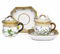 Coppia di tazze da brodo dal servizio Flora Danica Danimarca, Manifattura Royal [...]