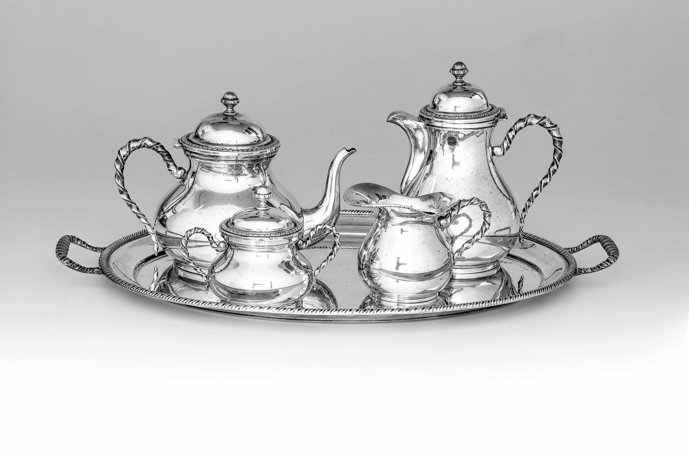 Servizio da tè in argento composto da vassoio, teiera, caffettiera, lattiera e [...]