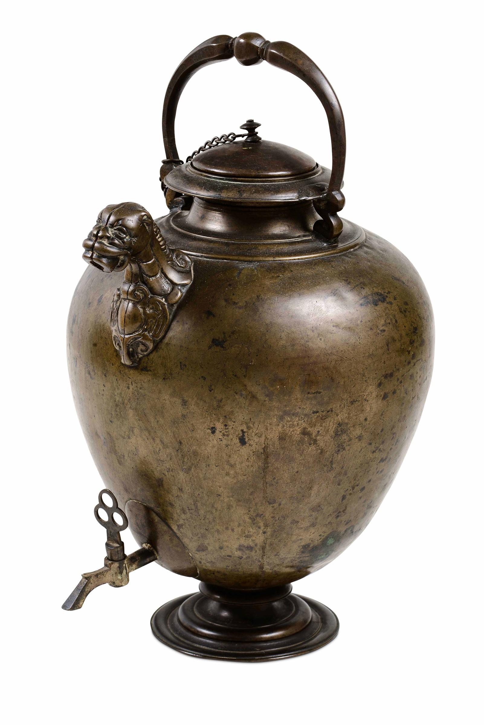 A copper and bronze pitcher, 1600s - cm 44. Corpo ovoidale poggiante su piede [...]
