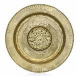 A brass plate, Germany, 1500s - diametro cm 51. Cavetto con decoro a baccellatura [...]