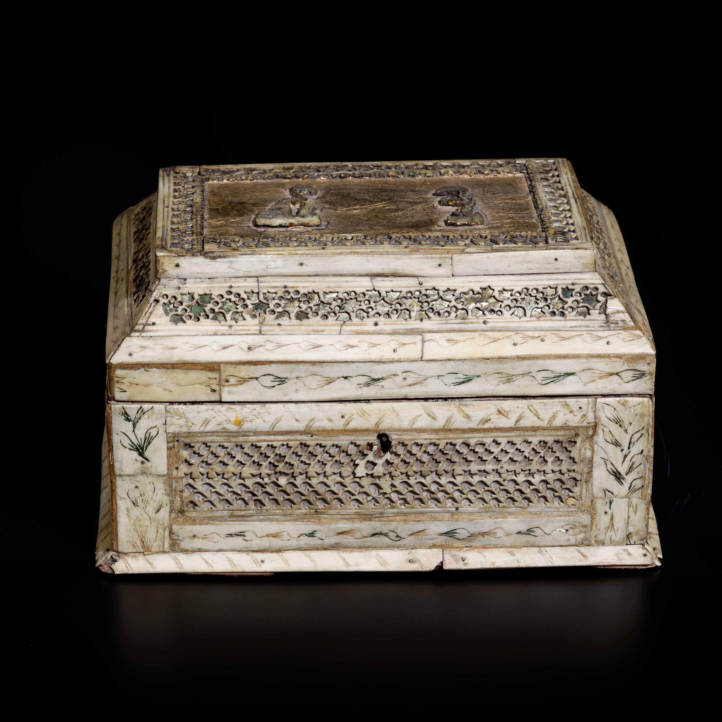 An ivory box, Russia Kholmogory (?), 1700s - cm 21x15x12 -