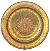 A brass plate, Germany, 1500s - diametro cm 40,8. Cavetto dorato a baccellatura entro [...]